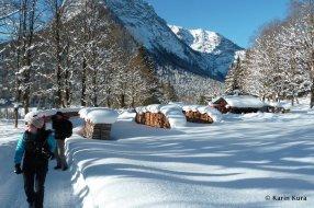 Holzstapel im hohen Schnee