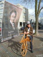 Radjubiläum. Martin Hauge besitzt einen Nachbau vom Draischen Fahrrad in Karlsruhe1. Kura