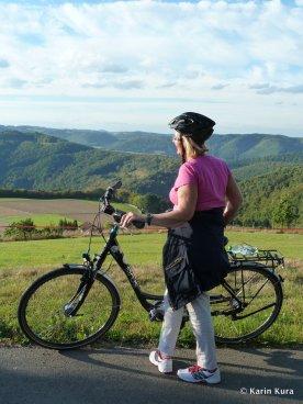 E-Bike im Westerwald. Blick zum Rheintal. Kura