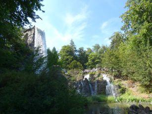 Wasser fällt vom Aquädukt