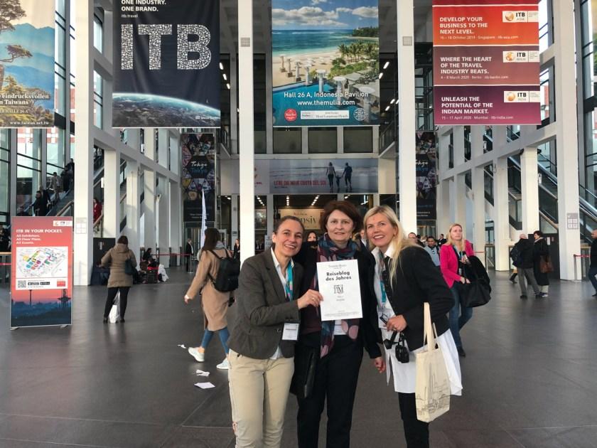 """Die Reisefedern - drei von vier vor Ort - sind stolze Preisträgerinnen des """"Reiseblog des Jahres""""-Awards"""