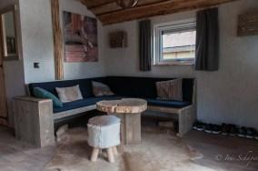 Rustikale Wohnzimmerecke in der Fischerhütte, Germanenland am Alfsee