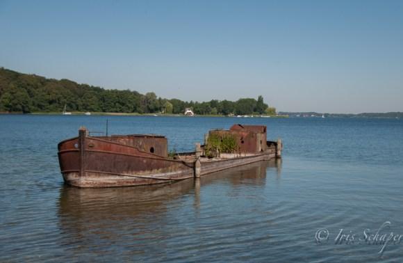Ein Schiffswrack liegt direkt vor dem Museum im Schweriner See