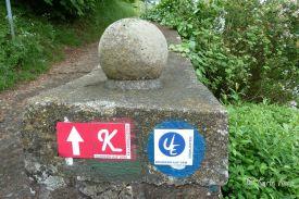 Reisefeder_Wegzeichen an der alten Stadtmauer von Waldeck. Karin Kura