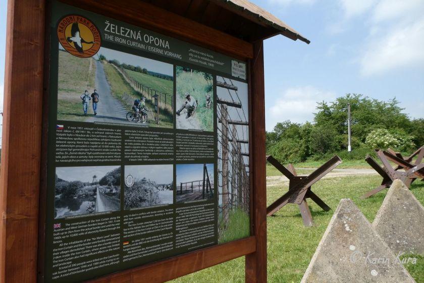 Teil der Grenzanlage mit Info-Tafel