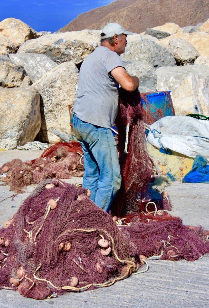 Fisker som bøter garn på Amorgos Hellas