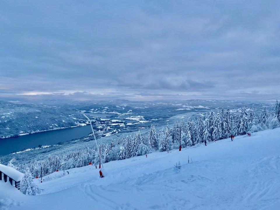 Slalombakke og utsikt til Krøderen