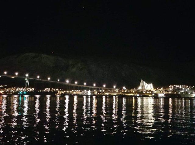 Tromsø brua og kirken om natta