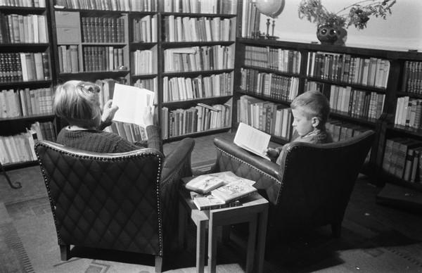 To som sitter og leser bok