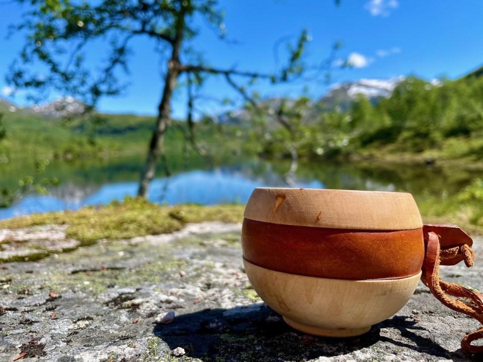 Trekopp med kaffe ute i naturen