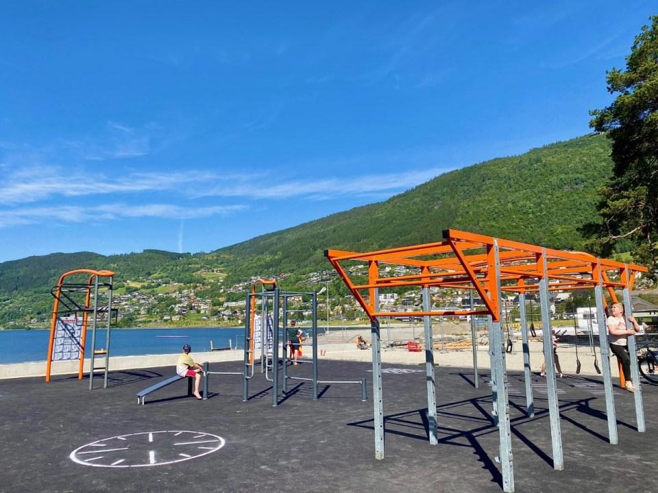Tremningsapparater på stranda i Voss