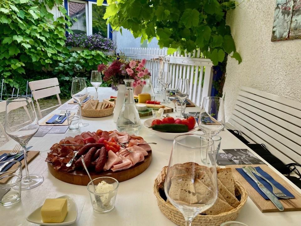 Middagsbord med vinglass