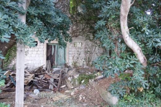 Et hus har falt sammen over tid