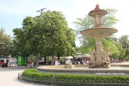 Store, vakre fontener preger parken