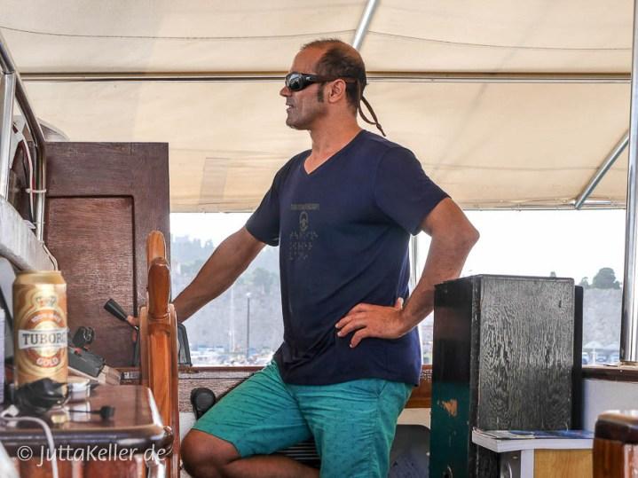 Ton in Ton mit dem Meer: Tiefblau und türkis ist das Outfit vonKapitän Aytekin Karayigit.