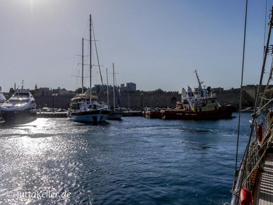Ausfahrt aus dem Mandraki-Hafen in Rhodos-Stadt