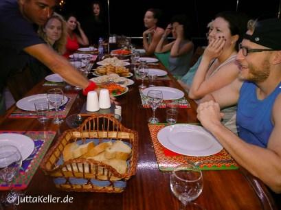 Abendessen an Deck im Hafen von Symi.