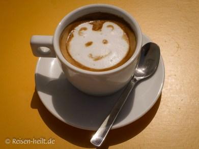 Diesen Bärchen-Cappuccino gab's in der Xlendi-Bay auf Gozo.