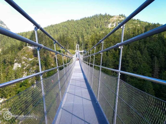 Blick mit Kick aus 114 Metern Höhe: Die highline179 ist die weltlängste Fußgängerhängebrücke im Tibet Style in Reutte.