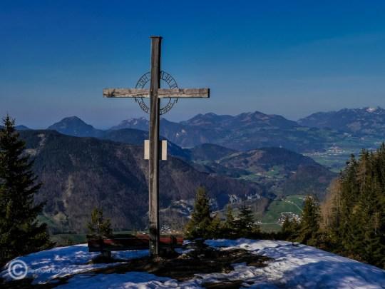 Heimkehrerkreuz mit schöner Aussicht, dafür hat sich der Umweg durch den Schnee gelohnt.