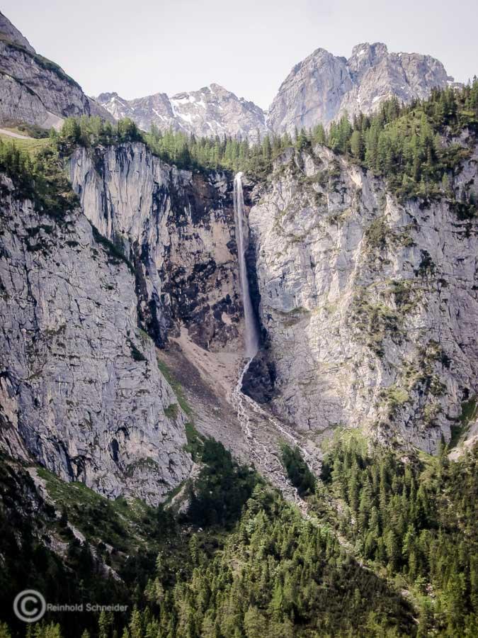 Ein Wasserfall auf dem Weg von der Talstation zur Ehrwalder Alm.