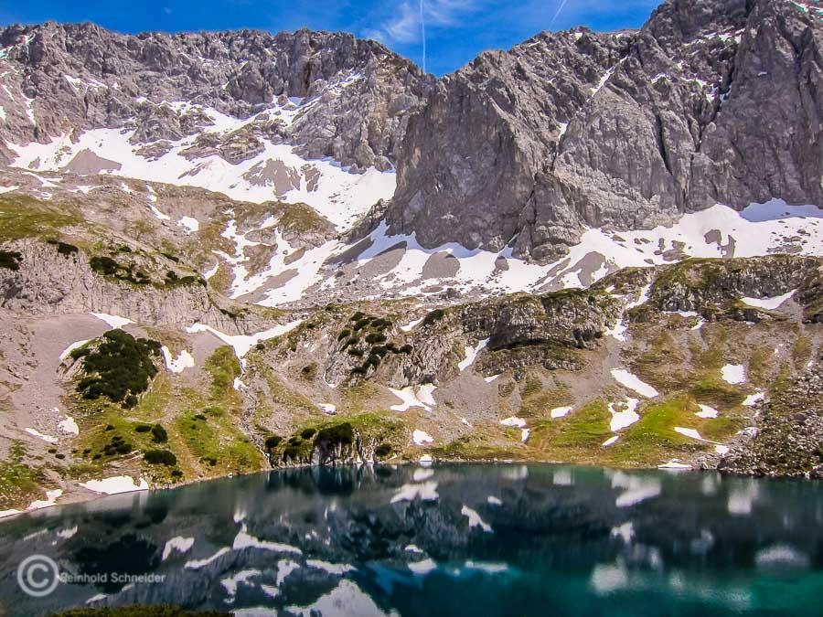 Blick von der Coburger Hütte auf die Mieminger Berge und den Drachensee.