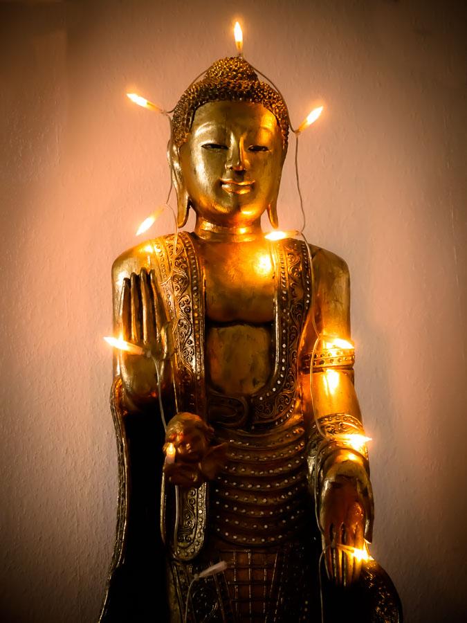 """Mein leuchtendes Vorbild und gleichzeitig """"Weihnachts-Buddha"""" vis-à-vis meines Schreibtisches."""