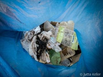 Der Blick in den Müllsack zeigt eine bunte Vielfalt.