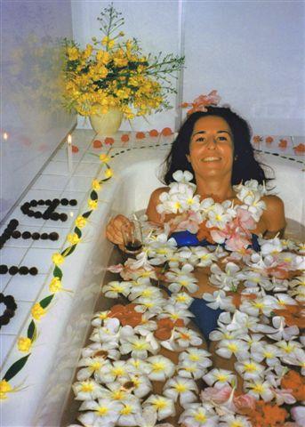 Kühles Blütenbad bei einer Ayurvedakur, Sri Lanka 1997.