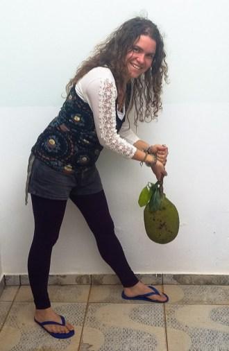Nicole mit einer Jaca oder Stinkfrucht. Sie kann so schwer sein wie der Kopf eines Menschen. Foto: Alvaro Pinilla Iturra