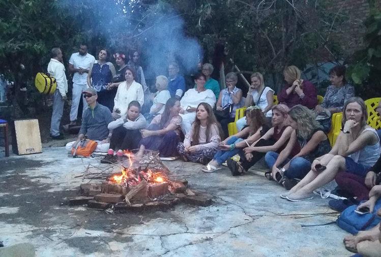 Am Lagerfeuer mit heilsamen Klängen gemeinsam gesunden. Foto: Nicole Gundermann