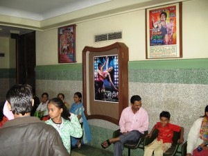 Im Kino mit Filmplakat