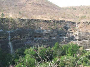 Einige der Hoehlen in Ajanta