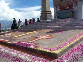 Bluetengeschmueckter Altar auf dem Huegel ueber Copacabana