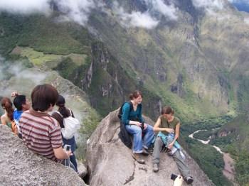 Meike und Birgit oben auf dem Waynapicchu. Links im Hintergrund die Ruinen von Machu Picchu. 1000 Meter tiefer der Rio Urumba