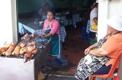 Der Meerschweinchengrill an der Markthalle von Banos