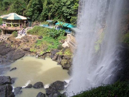 Der Dambri Wasserfall samt Aufzug und Beobachtungscafé