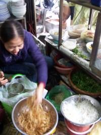 Die Köchin in der Garküche bei der Arbeit