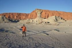 Der Pilz (und ein Reisender) vor der rot glühenden Felswand
