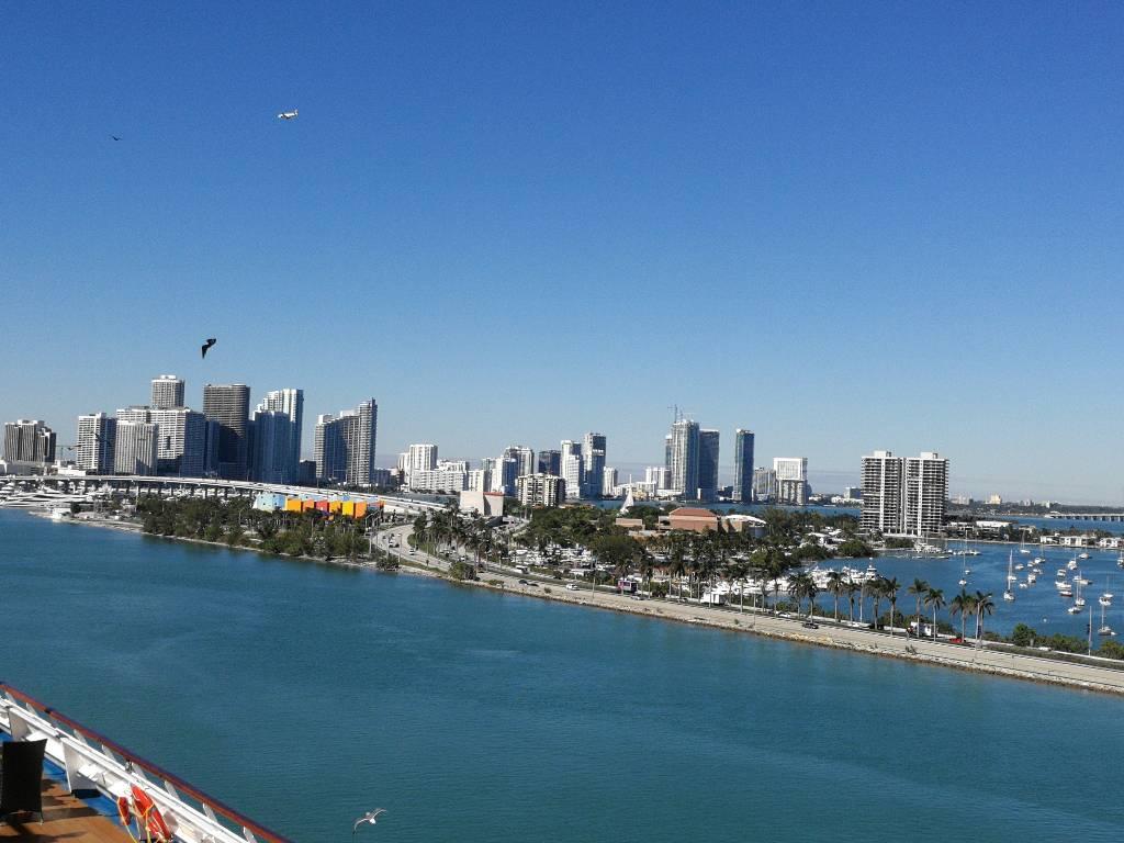 Die Skyline von Miami mit Blick auf den MacArthur Causeway.