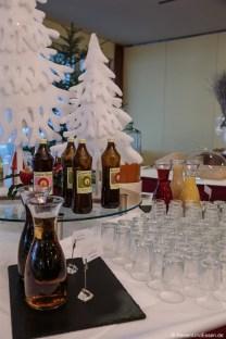 Verschiedene Carpe Diem Säfte mit Weihnachtsdekoration