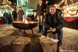 Hunger stillen mit einer Bratwurst auf dem Adventsmarkt