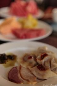 Jiaozi und Fleisch zum Frühstück