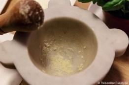 Schritt 1: Knoblauch und Salz zermahlen