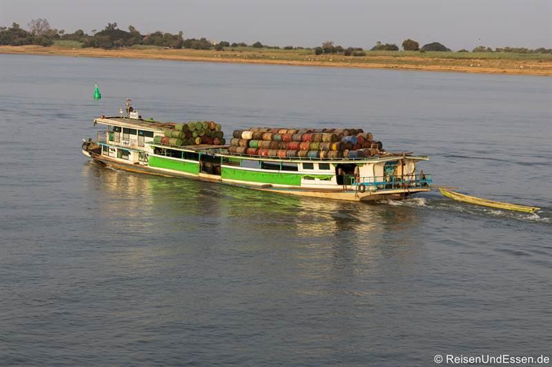 Frachtschiff auf dem Irrawaddy