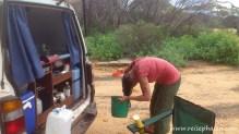 Haare waschen im Outback