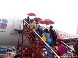 mit dem Schirm zum Flugzeug