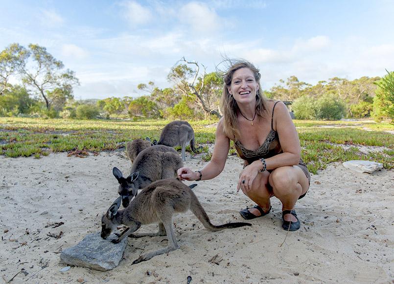 Karin hat diese Kängurus als Babys vor dem Verhungern gerettet und dann erfolgreich ausgewildert - abends kommen sie auf einen kleinen Imbiss vorbei...