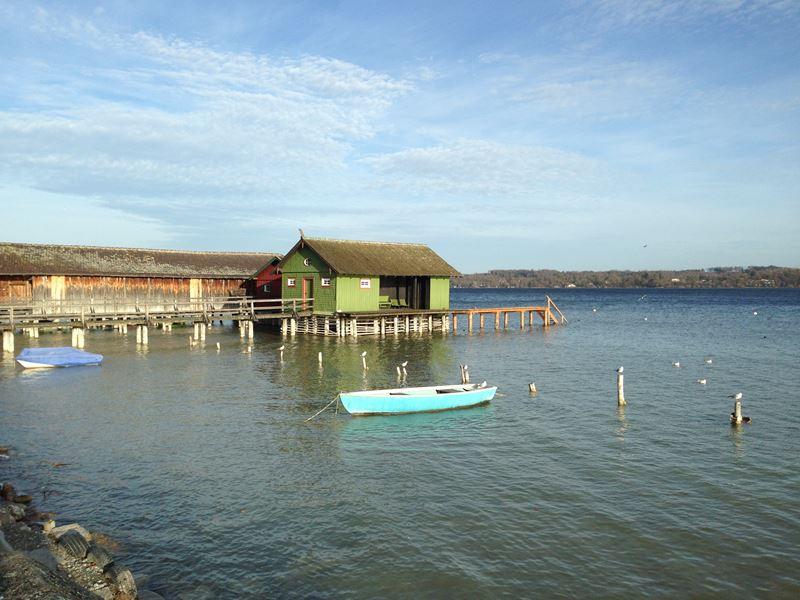 Bootshaus am Ammersee im Herbst