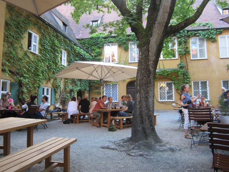 Biergarten im Innenhof der Fuggerei
